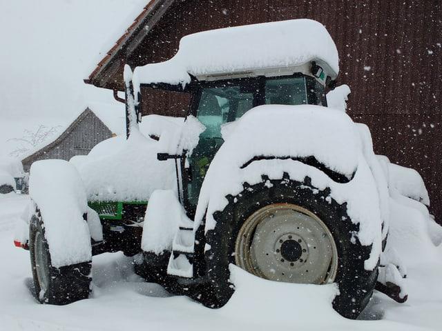 Verschneiter Traktor.