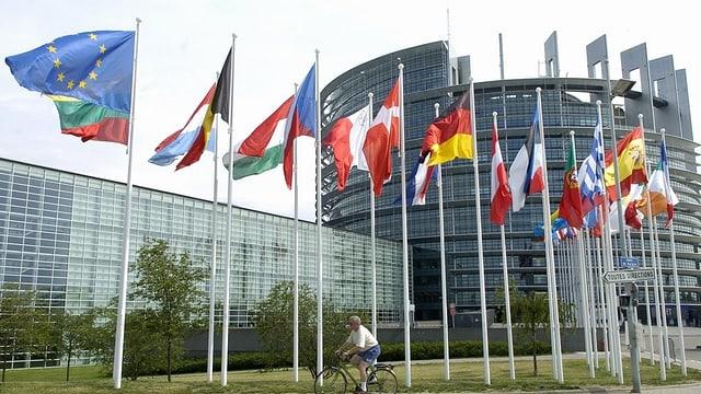 Parlament da l'UE, bajetg da dador cun bandieras da l'UE e dals pajas commembers.