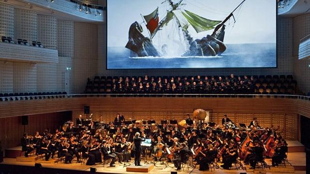 Im Luzerner KKL läuft der Film «Pirates of the Caribbean 2» auf einer Grossleinwand, dazu spielt das 21st Century Symphony Orchestra.