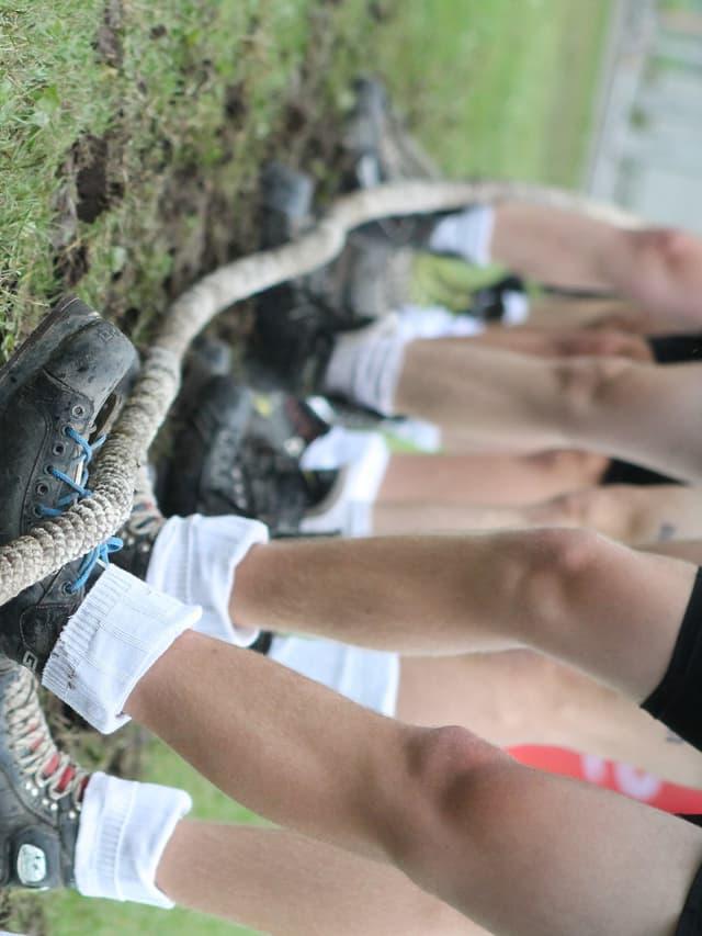 Beine und Schuhe der Seilzieher