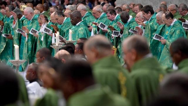 Ils uvestgs durant la sinoda en il Vatican.