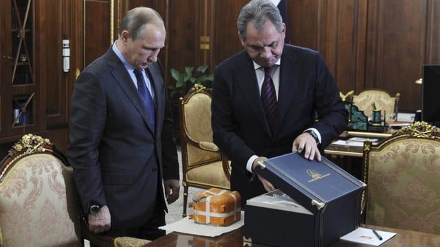Il minister da defensiun russ Sergei Schoigu mussa la blackbox da l'aviun sajettà giu dals Tircs al president Wladimir Putin.
