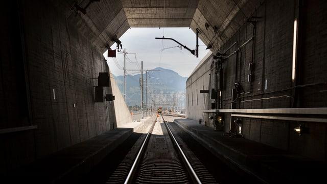 Blick aus dem Nordportal des Gotthard Basistunnels in Erstfeld. Im Hintergrund Berge.
