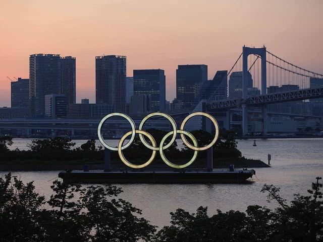 Die olympischen Ringe in der Bay vor Tokio.