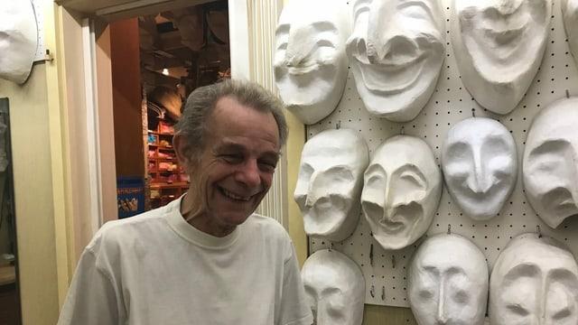Hans Ledermann in seinem Atelier für Fasnachtsware