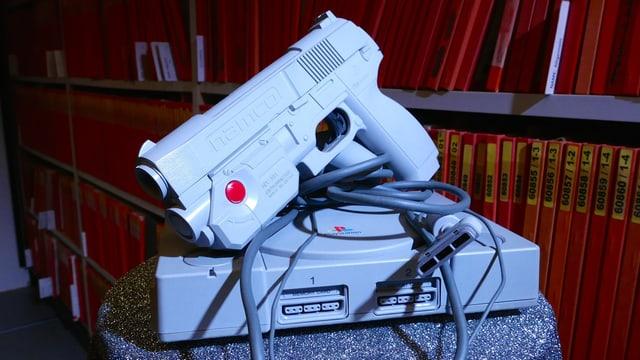 Die originale Playstation und die G-Con, eine analoge Lightgun von Namco.