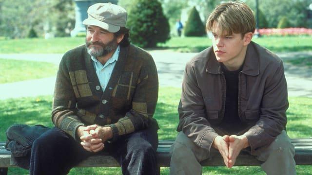 Zwei Männer sitzten auf einer Parkbank