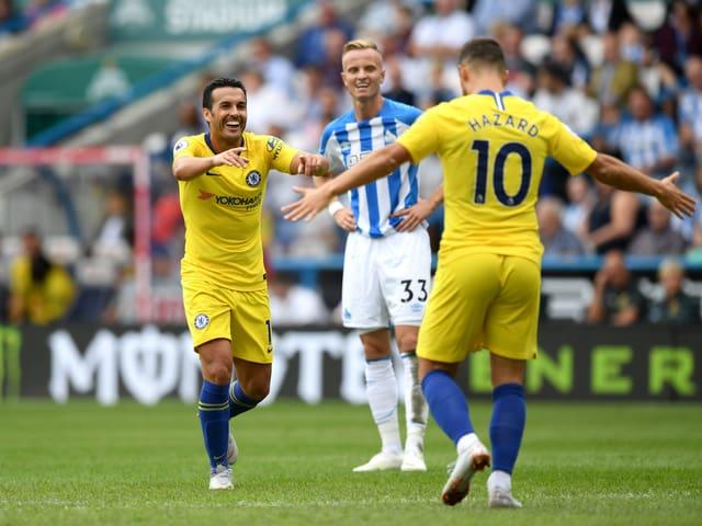 Pedro und Eden Hazard bejubeln das 3:0 für Chelsea, während Florent Hadergjonaj (Mitte) hadert.