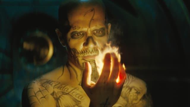 Mann mit Feuerhand