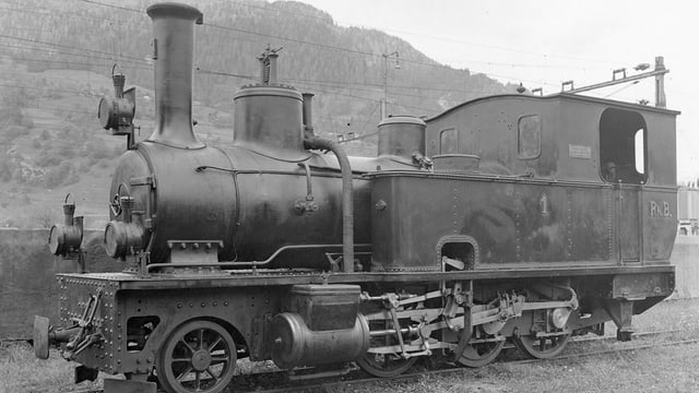 alte Lokomotive in schwarz-weiss