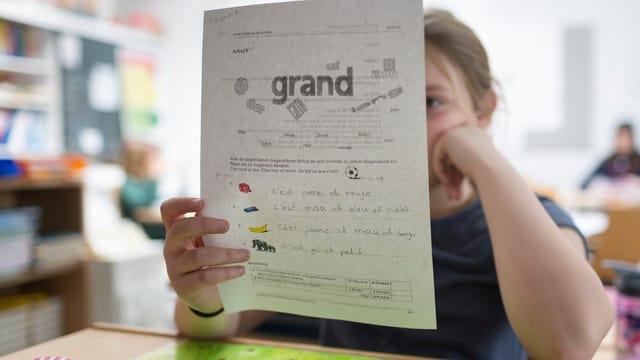 scolara cun in fegl da franzos