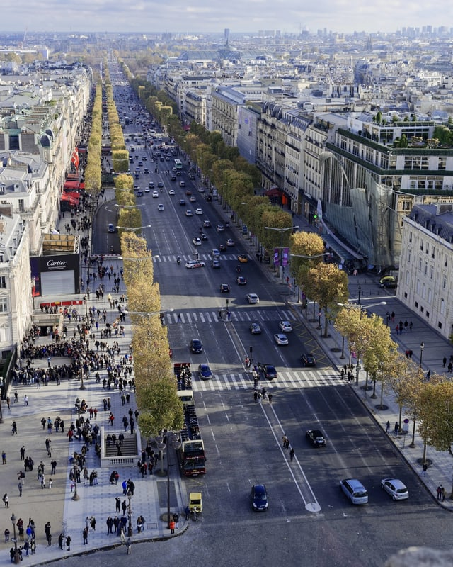 Blick vom Arc de Triomphe auf die Champs Elysées.