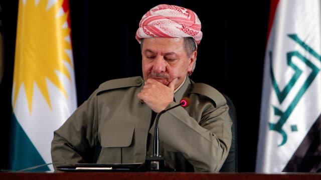 Barsani sitzt mit rot gemustertem Turban und in Uniform vor einem Mikrofon.