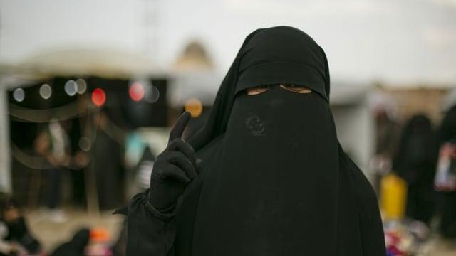 Frau mit einer Burka verhüllt.