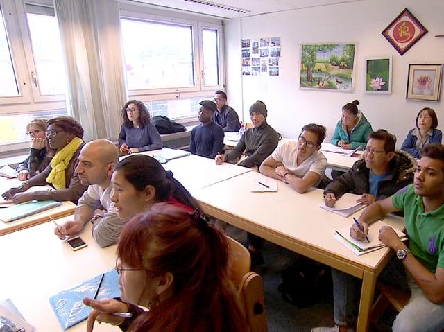 Eine Klasse, meist sind es Flüchtlinge, sitzen im Unterricht und lernen.
