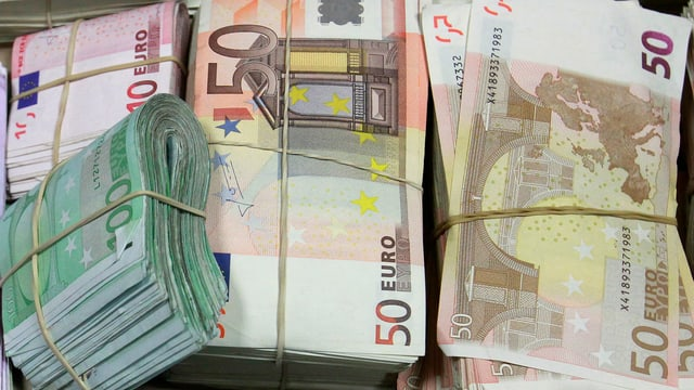 Bündel mit 50 Euro-Noten.