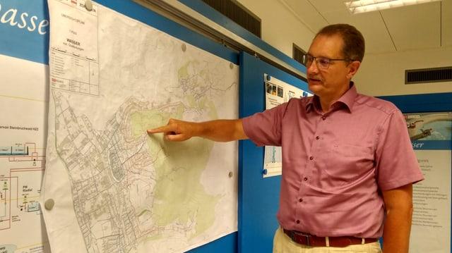 Ein Mann zeigt auf eine Karte