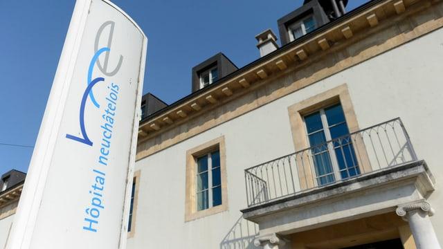 Der Eingang des Spitals von Neuenburg in Pourtalès