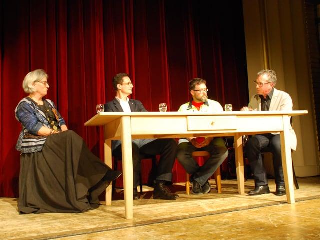 Zu sehen sind die Gäste des MäntigApéros mit Moderator Peter Brandenberger.