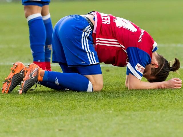 Valentin Stocker kniet frustriert auf dem Rasen.