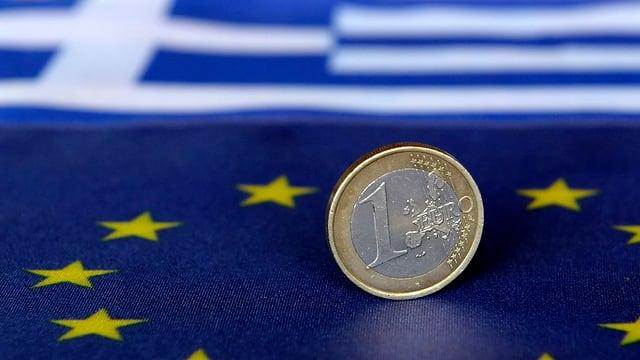 Ein-Euro-Münze auf den Flaggen der EU und Griechenlands
