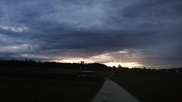 Dunkle Wolken mit kleinen Lücken in der Wolkendecke.