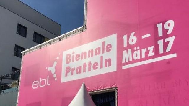 Blick auf das Werbetransparent beim Eingang der Biennale Pratteln. Es ist ein Schriftzug auf pinker Farbe