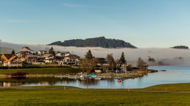 Der Sihlsee befand sich am Samstag direkt an der Nebelobergrenze.