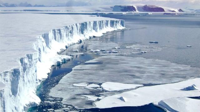 Ein kalbender Gletscher in der Antarktis.