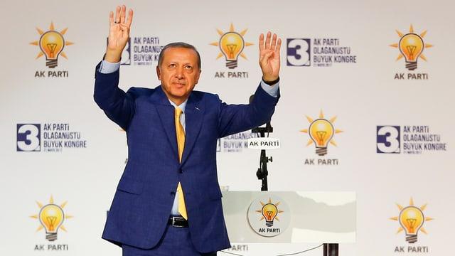 Erdogan mit erhobenen Händen.