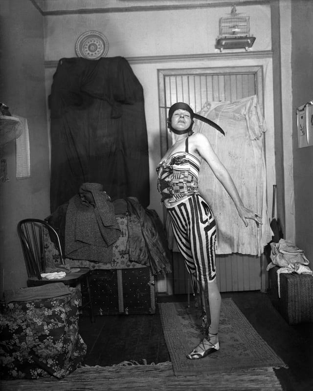 Kostümierte Frau in Pose.