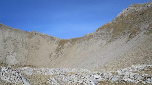 Sin il grat tranter il Schwarzhorn ed il Hinter Grauspitz è l'alpinist crudà giu.