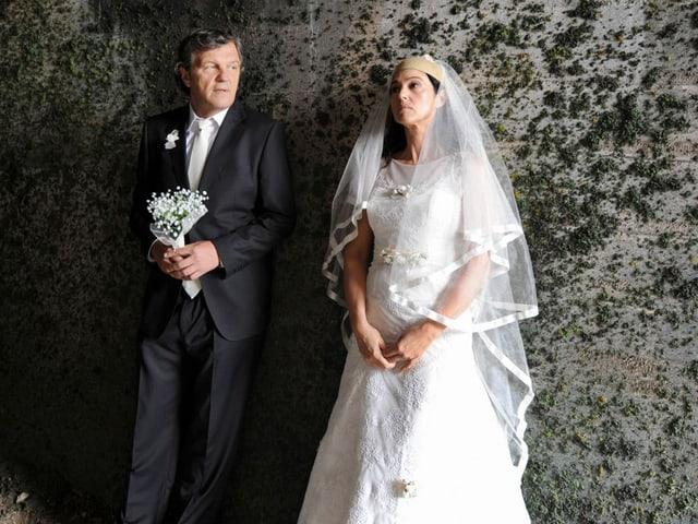 Emir Kusturica und Monica Bellucci in Hochzeitskleidern.