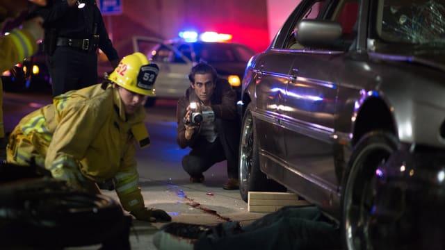 Report kniet und filmt Leiche unter dem Auto
