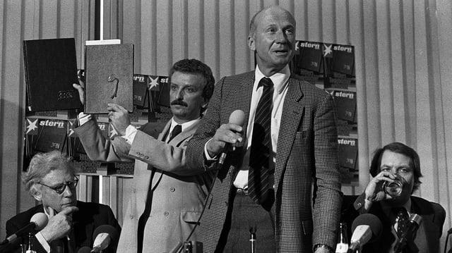 """""""Stern""""-Chefredakteur Peter Koch, Sprecher Gunther Schoefeld und der britische Historiker Lord Drace praesentieren die vermeintlichen Hitler-Tagebücher."""