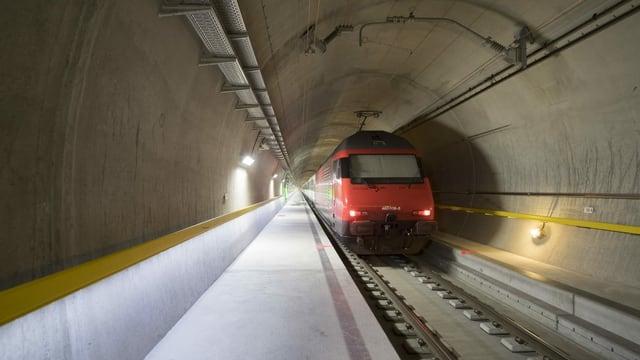 Tren en il tunnel da basa dal Gottard.
