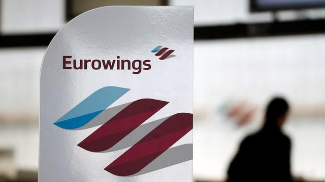 Logo von Eurowings an einem Flughafen.