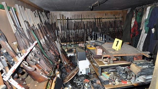 Ein kleiner Raum, an dessen Wänden diverse Gewehre stehen.