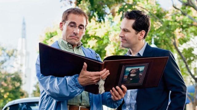 Zwei Männer betrachten ein Album.