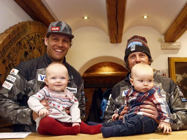 Steven Nyman und Coach Sasha Rearick posieren mit ihren Babys.