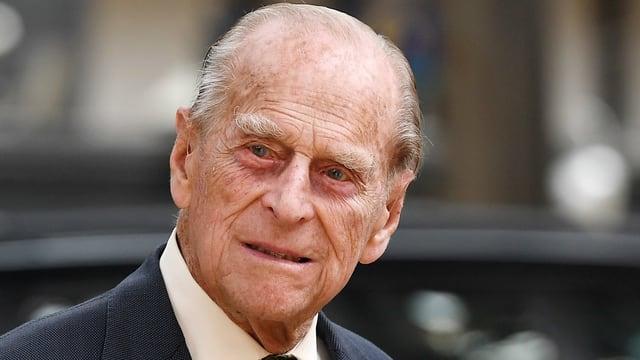 Prinz Philip im dunkelgrauen Anzug und Krawatte.