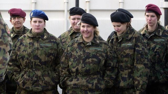Weibliche Schweizer Armeeangehörige in Uniform.