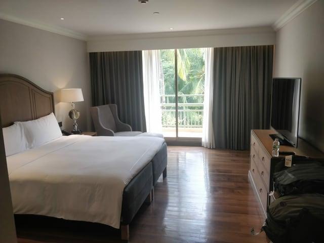 Die Hotelzimmer sind gut ausgestattet: Ein Doppelbett, ein Fernsehen und eine Terrasse raus zum Garten.