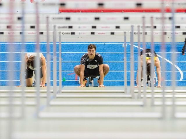 Simon Ehammer kniet am Start des Hürdenlaufs