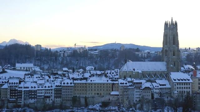 Das Freiburger Burgquartier mit der Kathedrale, Schnee auf den Dächern.