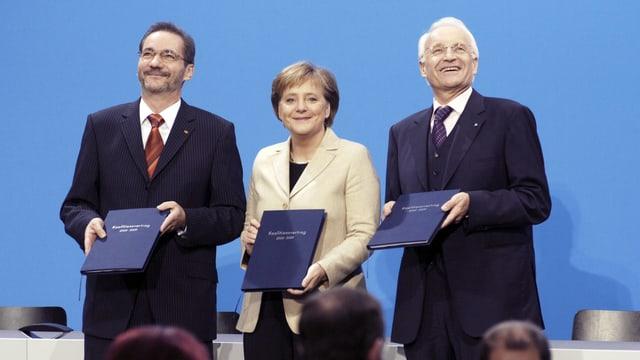 Matthias Platzeck (SPD), Angela Merkel (CDU) und Edmund Stoiber (CSU) präsentieren 2005 den Koalitionsvertrag.