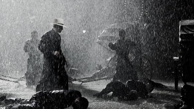 Schwarz-weiss Bild aus dem Film: Starker Regen - Ip Man gewinnt gegen seine Angreifer.