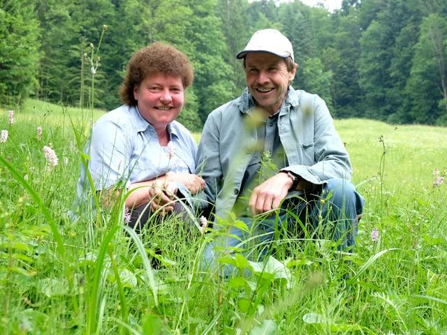 Luzia und Jörg Rutz-Forster sitzen in ihrer Streuwiese.