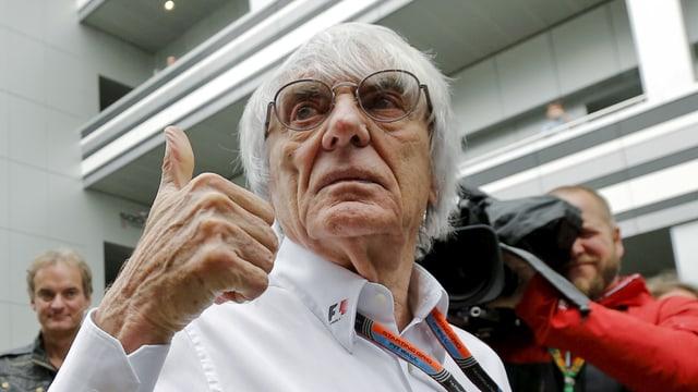 """Bernie Ecclestone zeigt """"Daumen hoch""""."""