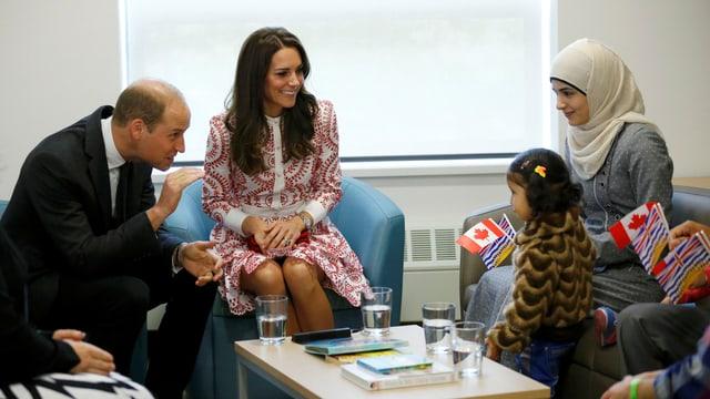 William und Kate unterhslten sich mit einer Fllüchtlingsfamilie